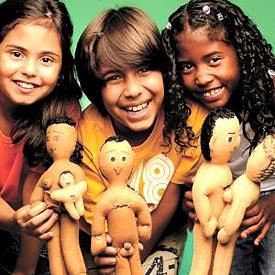 crianças com bonecos