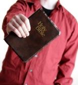 homem com biblia